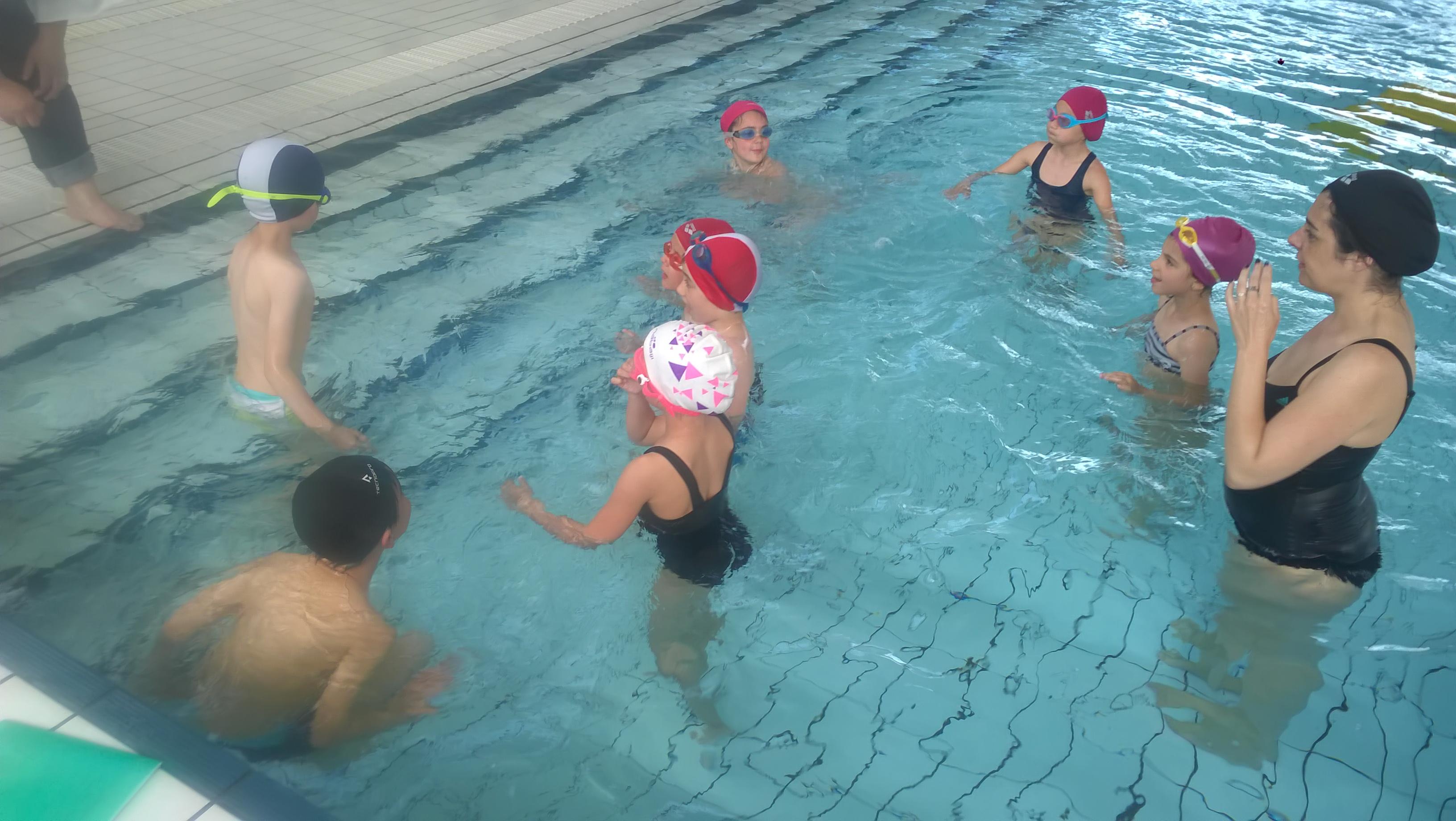 Séance de piscine pour les CE